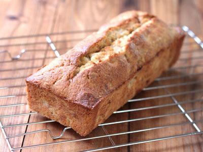簡単でおいしいバナナケーキの作り方です。バナナをつぶしたものを、バター、砂糖、卵、薄力粉に混ぜオーブンで焼くパウンドケーキになります。カロリーの詳細も掲載し